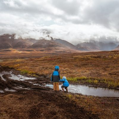 kids in mud- american field trip